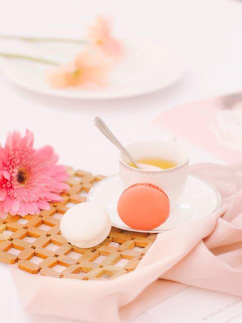 Tasse de thé avec macarons