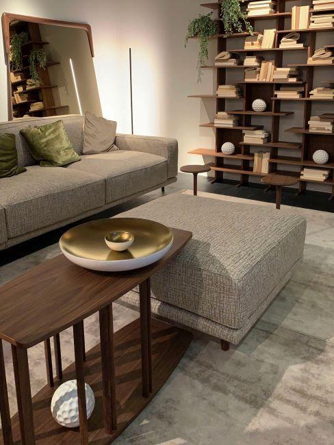 Salon avec table en bois et plateau en metal brosse