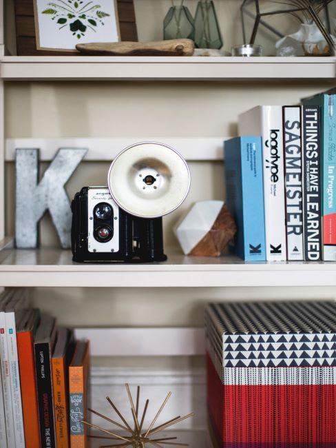 étagère avec appareil photo et livres