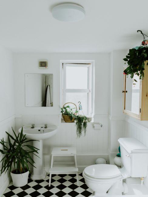 Salle de bain avec carrés de sol blanc noir