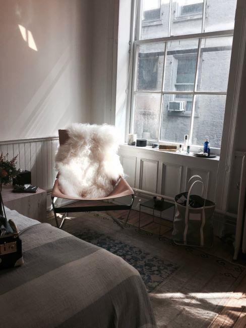 chaise avec peau de mouton