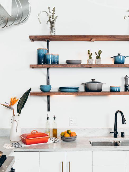 cuisine decoration minimaliste, scandinave, avec etageres ouvertes, bols et pots en cerame