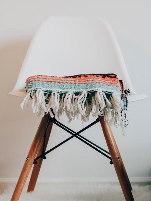 chaise blanche et bois design avec plaid coloré posé