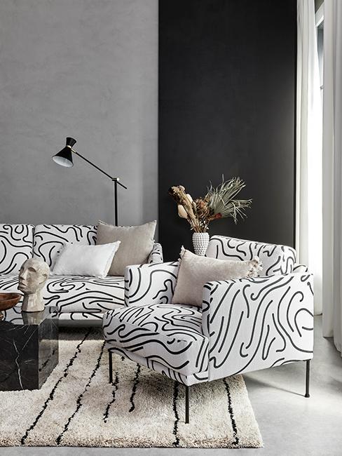 salon avec fauteuil graphique, mur avec deux couleurs gris