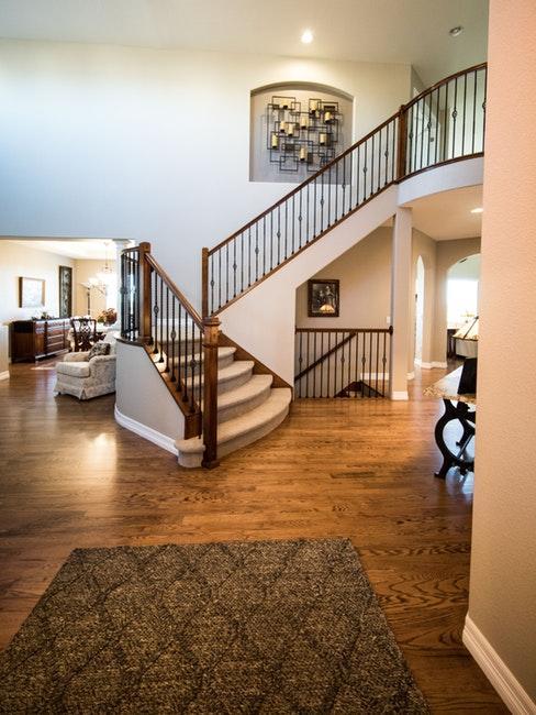 Intérieur américain avec escalier en bois