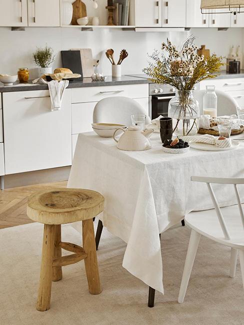 Cuisine style maison de campagne avec tabouret en bois