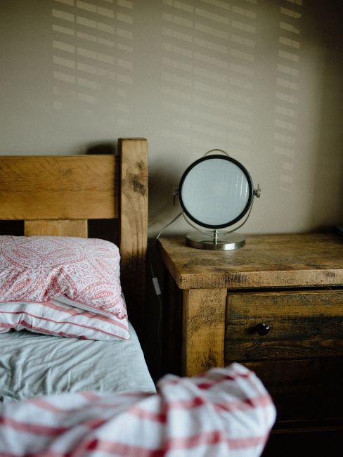 Chambre à coucher avec lit et table de chevet en bois brut
