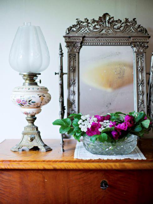 Miroir et lampe style campagne sur une commode style campagne