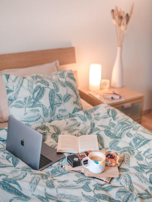 lit, linge de lit, tête de lit, table de chevet, lampe ed nuit, linge de lit, ordinateur portable