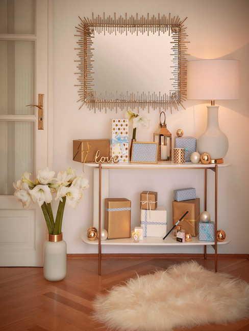 Coin de pièce cosy avec tapis mouton et miroir doré