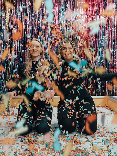 2 filles avec des confettis
