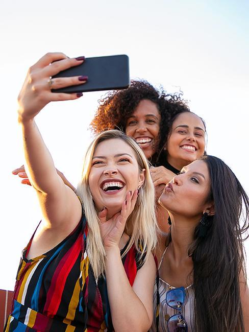 4 filles entrain de prendre un selfie