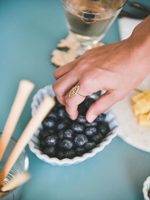 Main avec bague avec myrtille