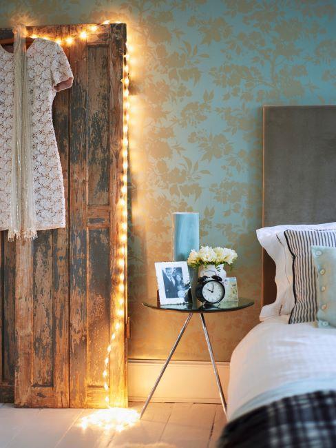 Chambre à coucher vintage avec paravent et guilrande lumineuse