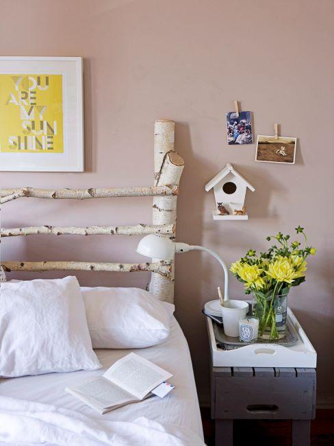 Lit avec tête en bois DIY, impression et fleurs jaunes