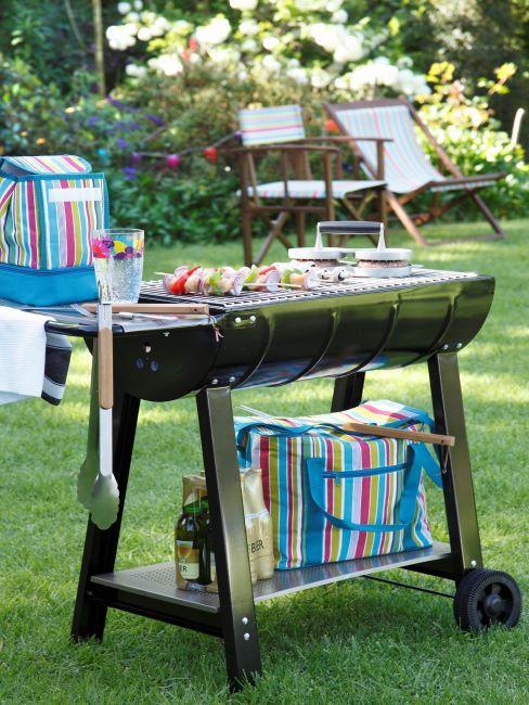 Barbecue noir et accessoires rayés multicolores