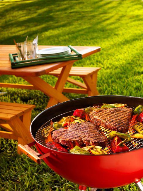 Table de jardin en bois et viande de barbecue