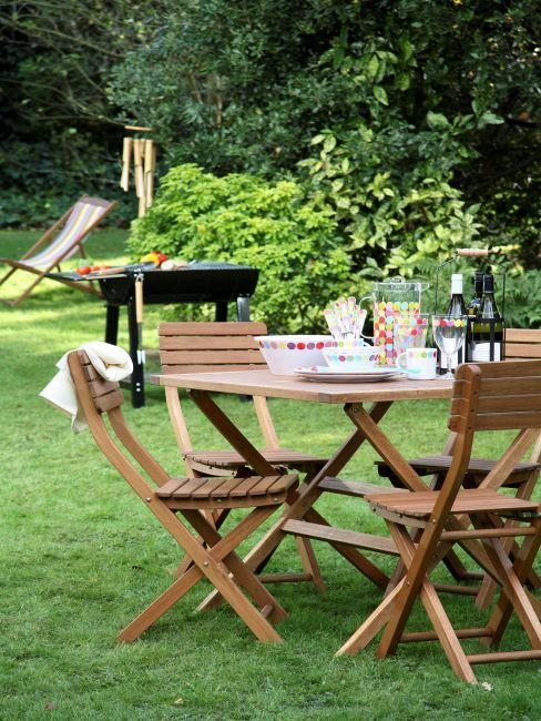Table de jardin en bois dressée pour une garden party