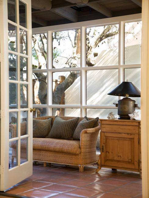 Jardin d'hiver crème avec canapé, table d'appoint et lampe à poser vintage
