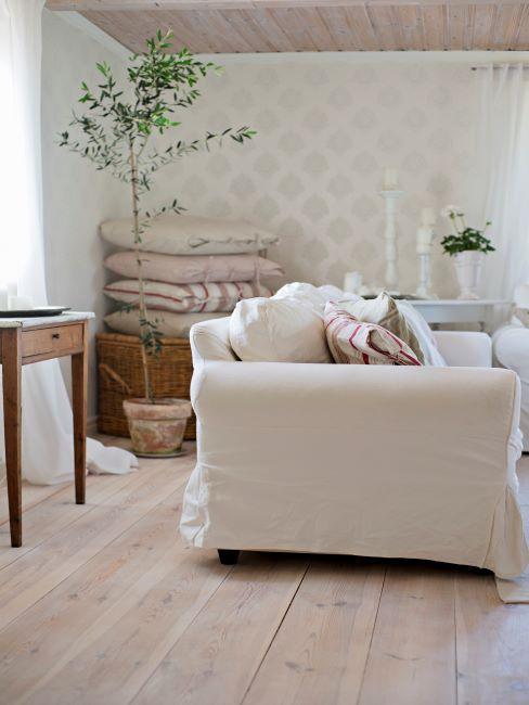 sol en bois, style rustique, canapé housse blanche, maison de campagne