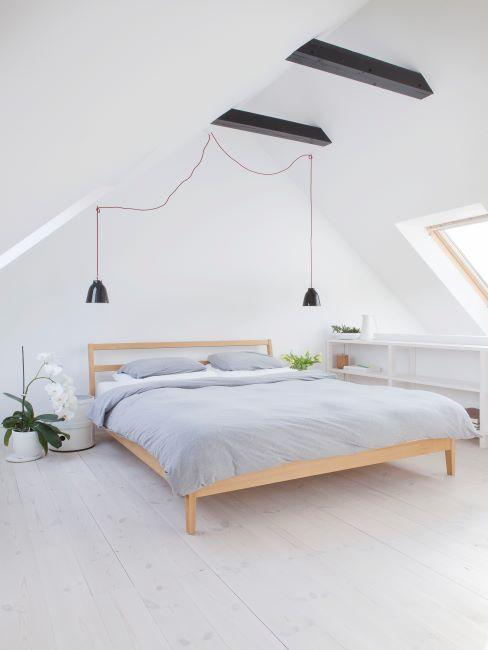 Chambre à coucher claire avec poutres apparentes en bois foncé