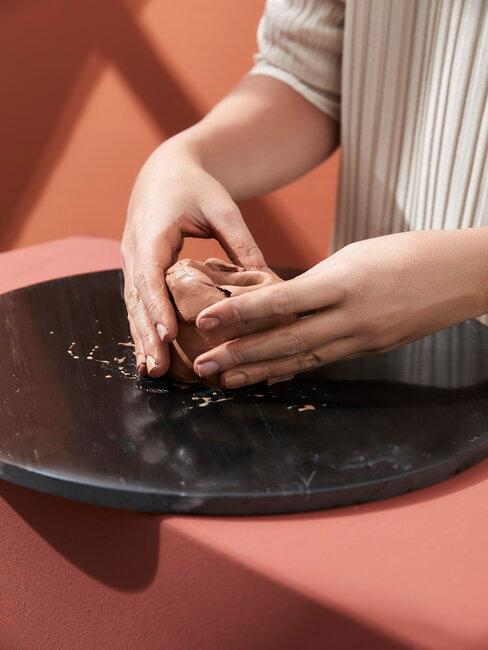 mains modelant de la terre de poterie