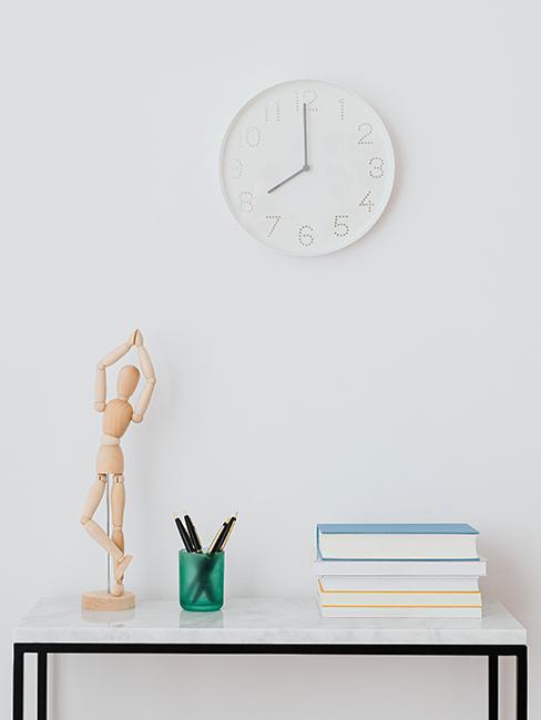 horloge blanche sur mur blanc avec déco minimaliste