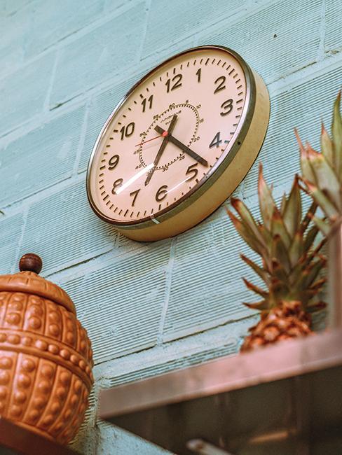 Horloge vintage sur mur bleu