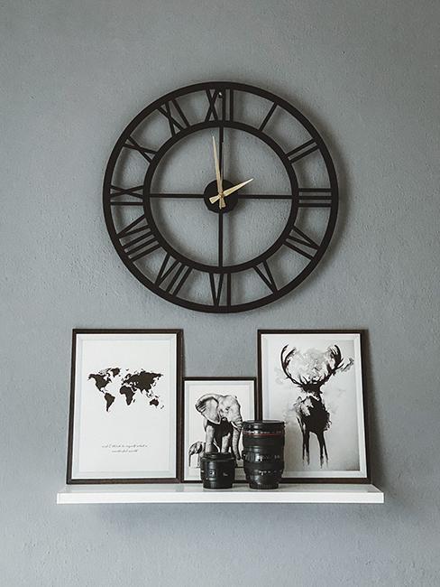 horloge noir sur mur gris et cadres photo