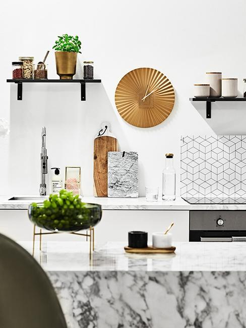 horloge dorée dans cuisine moderne avec finition en marbre