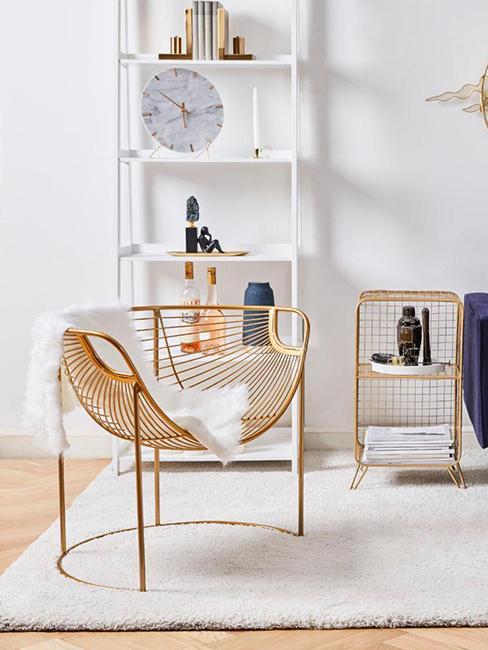 horloge dans salon posée sur une étagère avec fauteuil en métal doré