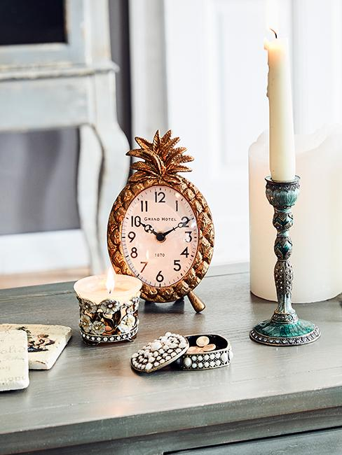 horloge ananas posté sur un meuble