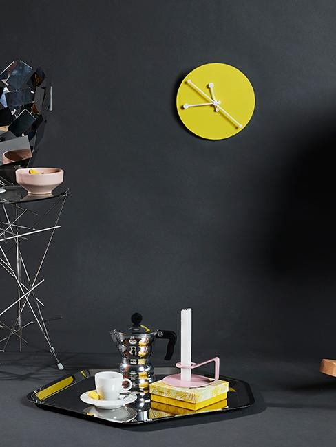 horloge murale jaune accrochée sur un mur gris foncé