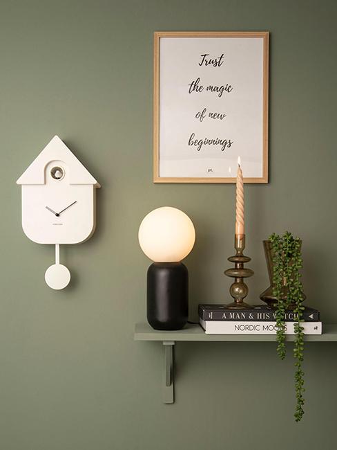 horloge murale coucou accrochée sur mur vert