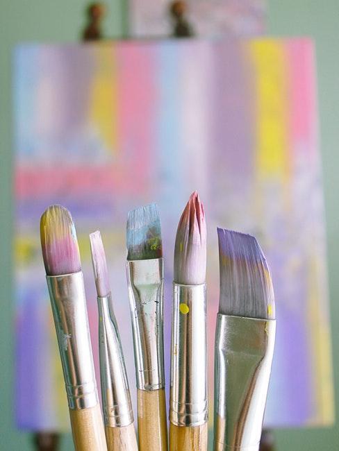Zoom sur des pinceaux avec peinture pastel