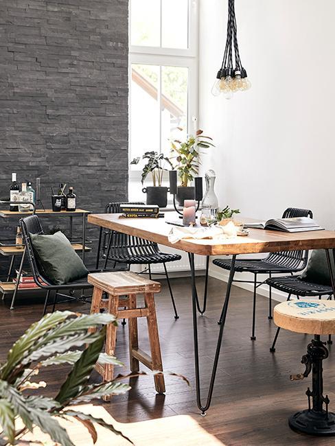 salle à manger avec mur en brique gris