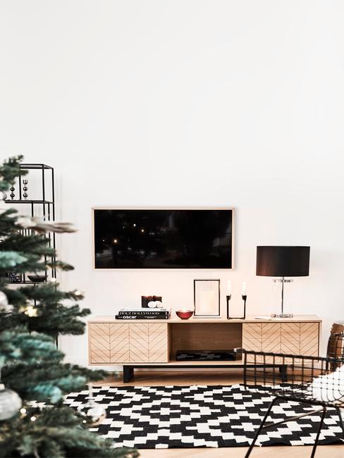Salon avec tapis à losanges blanc et noir et télé accrochée au mur
