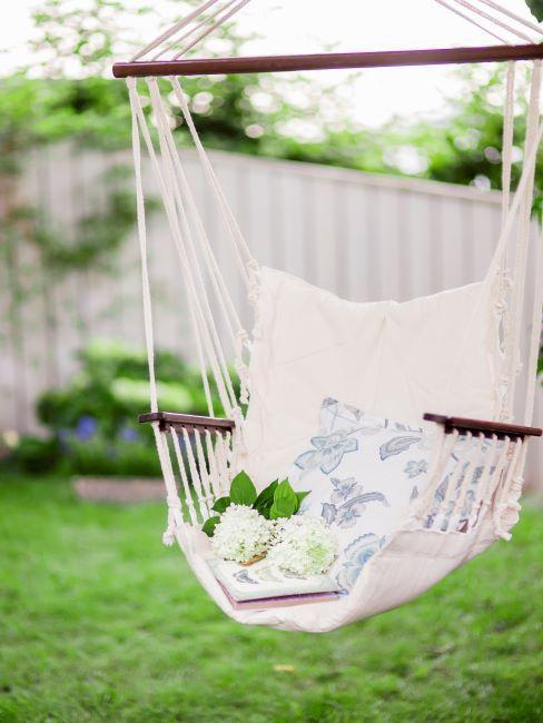fauteuil suspendu dans jardin