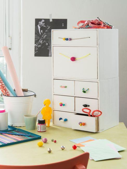 Table avec boîtes à tiroirs blanche et accessoires pour DIY