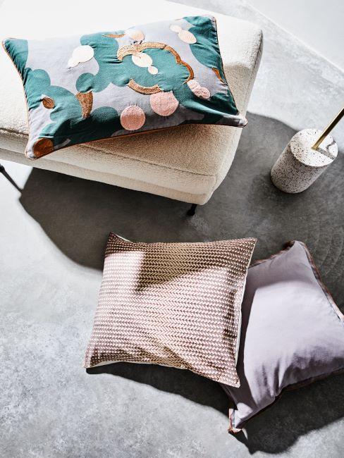 Brosse toillette en marbre et trois coussins différents