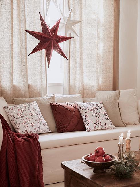 Fond d'écran zoom de noël avec canapé blanc, coussin rouge et plaid rouge