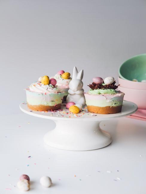 Présentoir gâteau avec desserts et lapin de Pâques