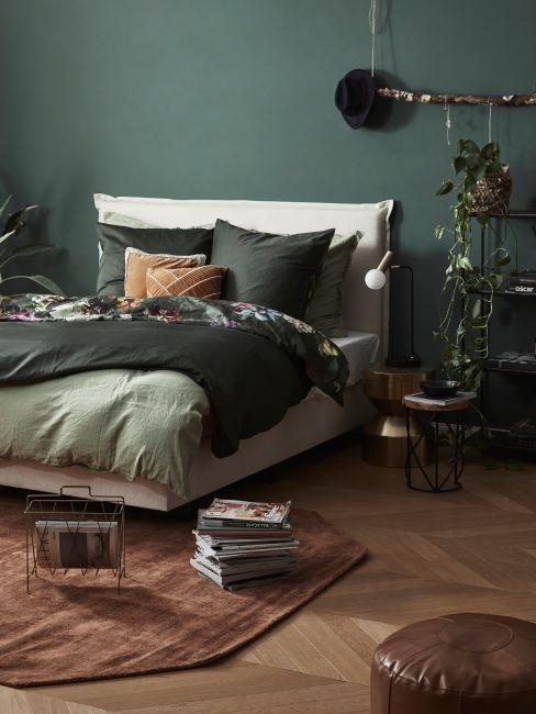 Chambre moderne, avec linge de lit vert, tapis naturel, et peinture vert sur le murdecoree de vert avec un mur
