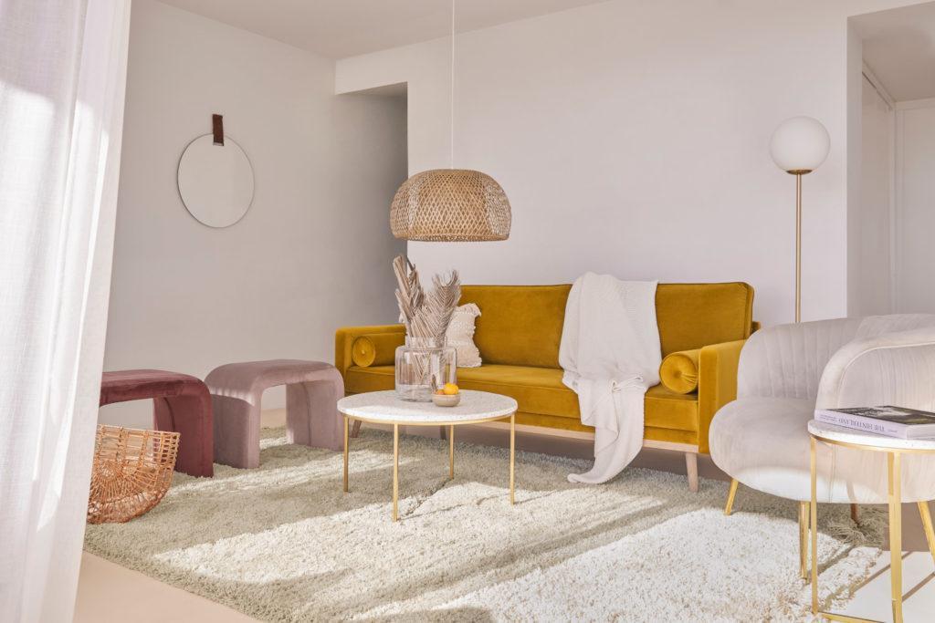 fond virtuel zoom avec salon avec canapé jaune, tapis blanc et suspension en rotin