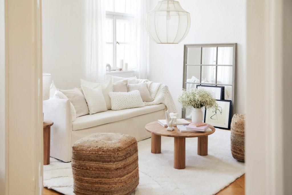 fond virtuel zoom avec salon blanc avec canapé blanc et table basse en bois