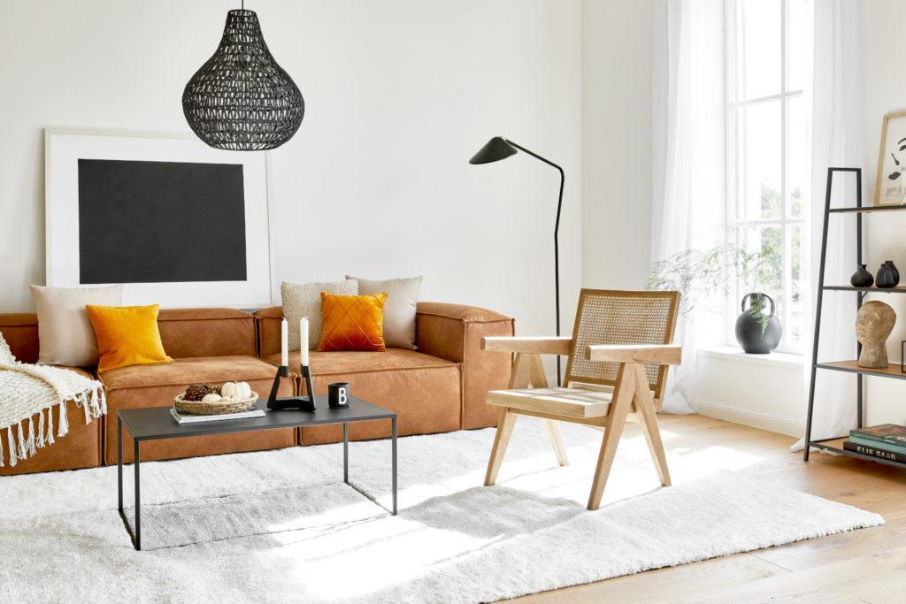fond d'écran zoom avec salon moderne avec canapé brun, chaise en cannage