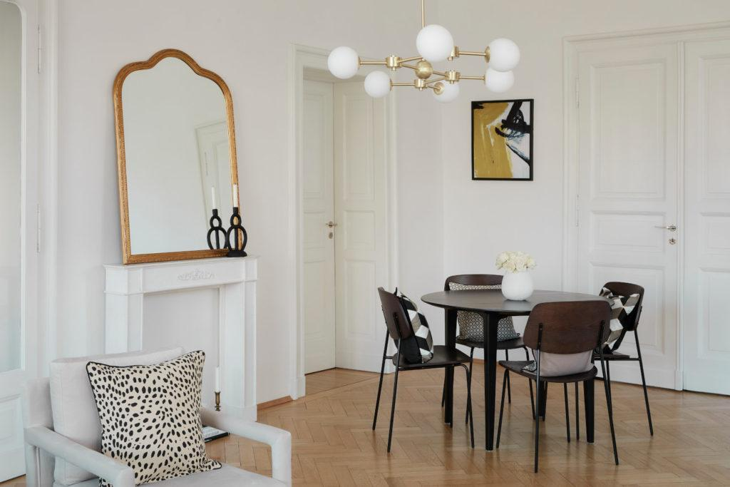 fond d'écran zoom avec salle à manger vintage chic avec miroir baroque