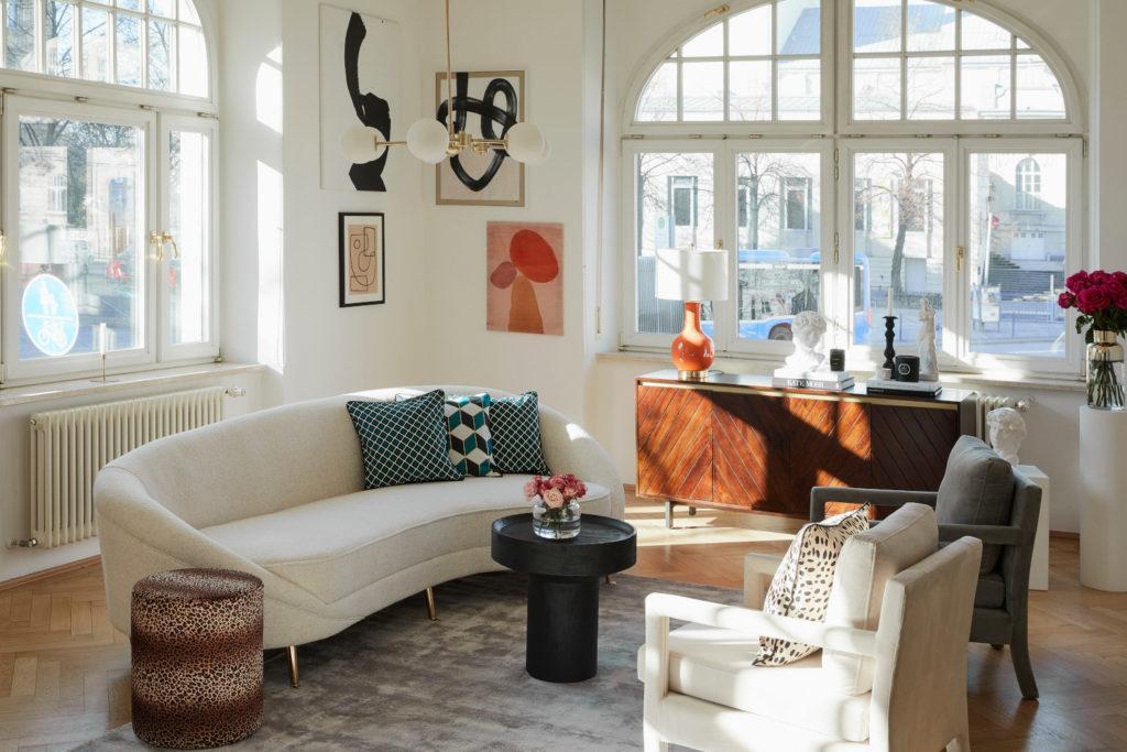 arrière plan zoom avec salon déco vintage chic avec canapé beige, mur de cadres