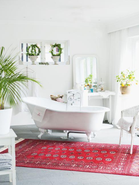 Salle de bains moderne avec baignoire au milieu et tapis rouge à motifs