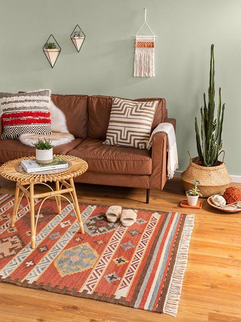 salon ethnique avec tapis oriental et canapé brun